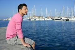 Stattlicher junger Mann auf Sommer im Hafen Stockbild