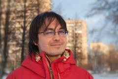 Stattlicher junger Mann beim Winterparkblinzeln Lizenzfreie Stockbilder