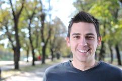 Stattlicher junger Mann, der draußen lächelt Lizenzfreies Stockfoto