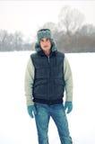 Stattlicher junger Mann, der im Winter amüsiert lizenzfreies stockfoto