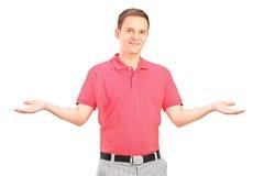 Stattlicher junger Mann, der mit seinen Armen gestikuliert Stockfotos