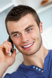 Stattlicher junger Mann, der am Telefon spricht lizenzfreie stockbilder