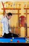 Stattlicher junger Mann des Billiards mit Hemdmarke und -gleichheit Lizenzfreies Stockbild