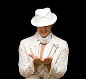 Stattlicher junger Mann im weißen Kostüm. Er zeigt sein f Lizenzfreie Stockbilder
