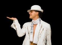 Stattlicher junger Mann im weißen Kostüm. Er zeigt seins Lizenzfreie Stockfotos