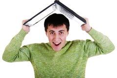 Stattlicher junger Mann mit einem Laptop. lizenzfreie stockfotografie