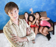Stattlicher junger Mann mit Freundinnen Stockfoto