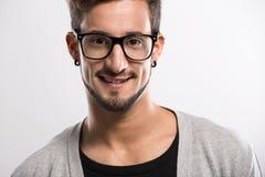 Stattlicher junger Mann mit Gläsern Stockfotos