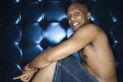 Stattlicher junger Mann mit nacktem Oberkörper und Lächeln Lizenzfreie Stockfotos