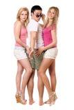 Stattlicher junger Mann und zwei schöne Mädchen Stockfotografie
