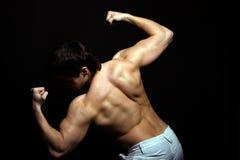 Stattlicher junger Mann von der Rückseite im Studio Stockfoto