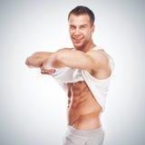 Stattlicher junger muskulöser Sportmann Stockfoto