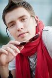 Stattlicher Kerl mit Sonnenbrillen Stockfotografie