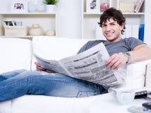 Stattlicher Kerl mit Zeitung Lizenzfreies Stockbild