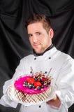 Stattlicher Konditor mit Kuchen stockfoto