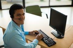 Stattlicher Latino-Kundendienst-Repräsentant stockfotografie