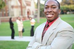 Stattlicher Lehrer auf Campus Lizenzfreie Stockfotos