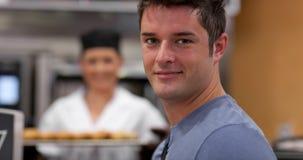 Stattlicher männlicher Abnehmer in einer Bäckerei stockfotos