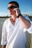 Stattlicher Mann auf Mobiltelefon Stockbilder