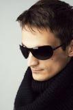 Stattlicher Mann in den Sonnenbrillen und im schwarzen Schal lizenzfreies stockfoto
