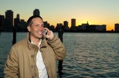 Stattlicher Mann, der über einen Handy spricht Stockfotografie
