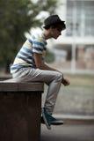 Stattlicher Mann, der auf der Kandare in der Stadt sitzt Lizenzfreie Stockbilder