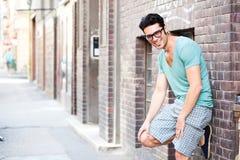 Stattlicher Mann, der auf der Straße lächelt Lizenzfreie Stockfotos