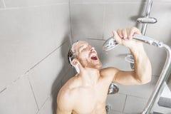Stattlicher Mann in der Dusche stockfotos