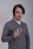 Stattlicher Mann, der grünes Kondom anhält Lizenzfreies Stockbild