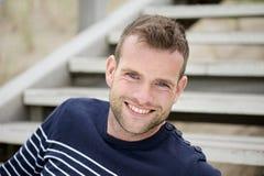 Stattlicher Mann, der an Ihnen lächelt Lizenzfreie Stockfotografie