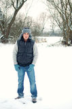 Stattlicher Mann, der im Winter sich amüsiert stockfotos