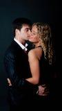 Stattlicher Mann, der seine Freundin küßt Lizenzfreies Stockfoto
