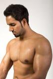 Stattlicher Mann, der seine Muskeln zeigt Lizenzfreie Stockbilder