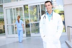 Stattlicher Mann-Doktor am Krankenhaus Lizenzfreies Stockfoto