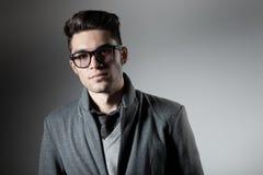 Stattlicher Mann gekleidete beiläufige tragende Gläser stockfoto