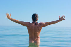 Stattlicher Mann im Wasser Stockfotografie
