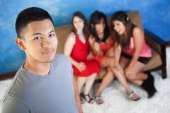 Stattlicher Mann mit Freundinnen stockbilder