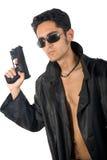 Stattlicher Mann mit Gewehr im ledernen Regenmantel Stockfoto