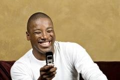Stattlicher Mann mit Handy Stockfoto