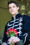 Stattlicher Mann mit Rosen Stockfoto