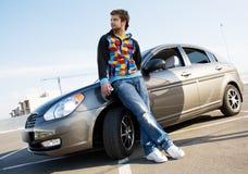 Stattlicher Mann mit seinem neuen Auto stockfotografie