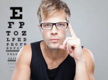 Stattlicher Mann-tragende Gläser Stockfotos