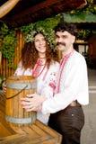 Stattlicher Mann und eine schwangere Frau lizenzfreie stockfotografie