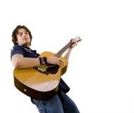 Stattlicher Mann unter Verwendung der Gitarre Stockbild