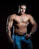 Stattlicher muskulöser junger Mann Lizenzfreie Stockbilder