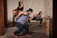 Stattlicher Tänzer mit Besatzung lizenzfreie stockfotografie