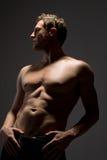 Stattlicher toplesser Mann in den Jeans Lizenzfreie Stockfotos
