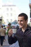 Stattlicher trinkender Kaffee des jungen Mannes Stockbild