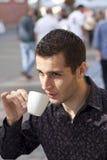 Stattlicher trinkender Kaffee des jungen Mannes Stockfotos