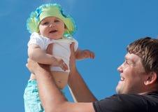 Stattlicher Vater, der seine nette Tochter anhält Lizenzfreie Stockbilder